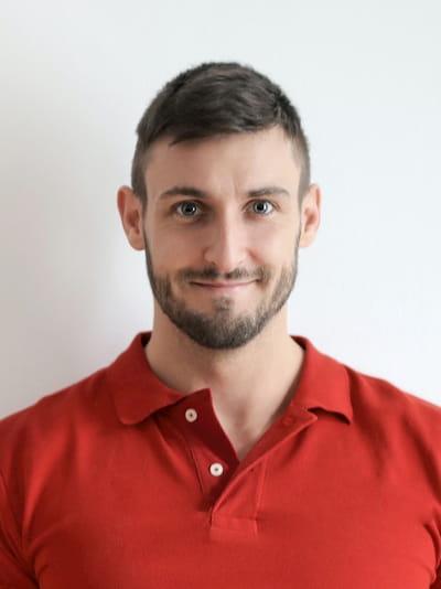 Bewerbungsfoto mit Mann in rotem Poloshirt