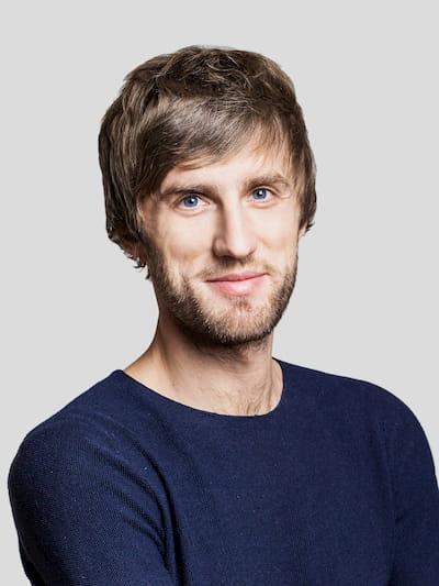 Bewerbungsfoto mit lächelndem Mann