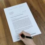 bewerbungsschreiben wird unterschrieben